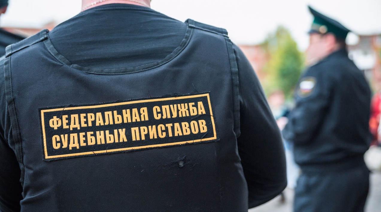 Арест на имущество должника налагается судебным приставом