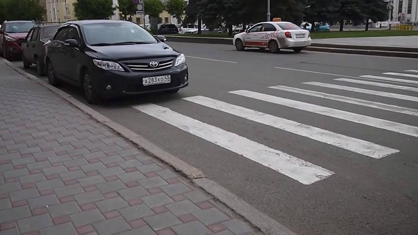 парковка перед пешеходным знаком
